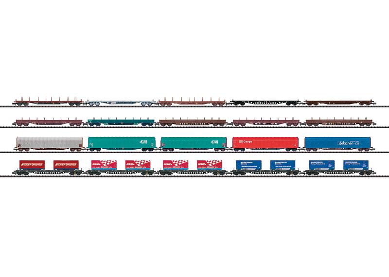 """Display mit 20 Güterwagen """"Alpentransit""""."""