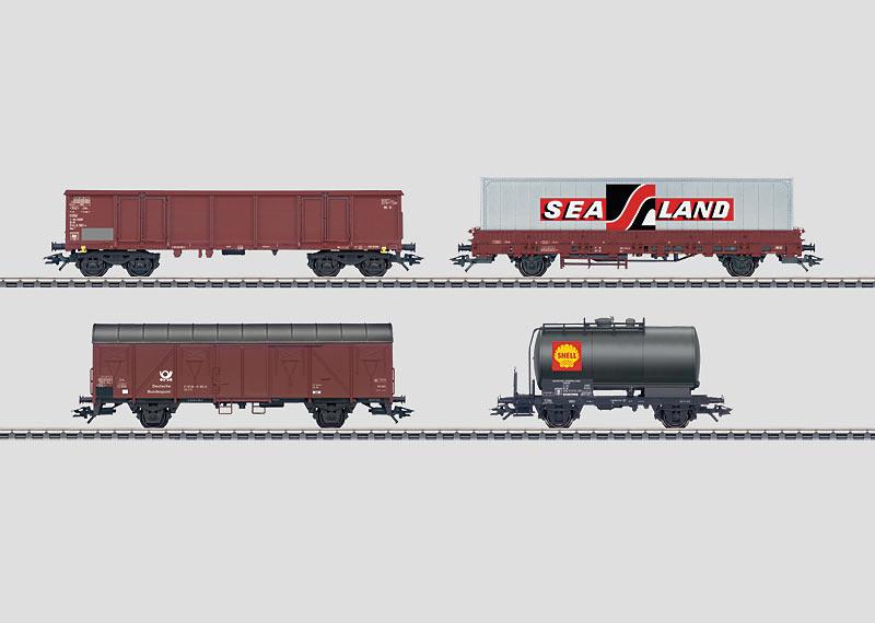 """Set mit 24 Güterwagen im Display """"Epoche IV""""."""