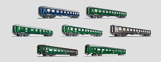 Display met 12 'Tin Plate'-reizigersrijtuigen.